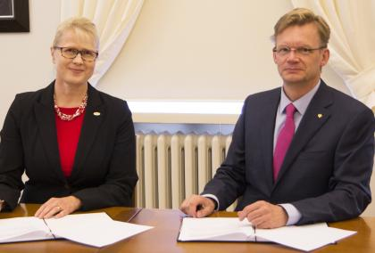 Fulbright Finland Foundation CEO Terhi Mölsä and Rector of the University of Vaasa Jari Kuusisto signing a new grant program agreement
