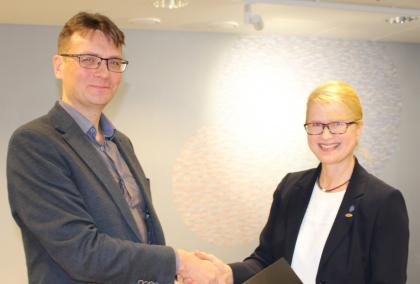 Turku University of Applied Sciences Rector Vesa Taatila and Fulbright Finland Foundation CEO Terhi Mölsä shaking hands after signing an agreement