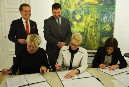 Fulbright Finland Foundation CEO Terhi Mölsä signing an agreement with Saastamoinen Foundation representatives