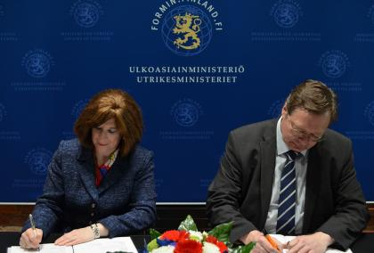 DCM Susan Elbow from the U.S. Embassy and Director General of the Ministry for Foreign Affairs Jouni Mölsä signing the deed of the Fulbright Finland Foundation at the Ministry for Foreign Affairs