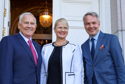 U.S. Ambassador Robert F. Pence, Fulbright Finland Foundation CEO Terhi Mölsä and Foreign Minister Pekka Haavisto in a group photo taken in front of the Ambassador's residence