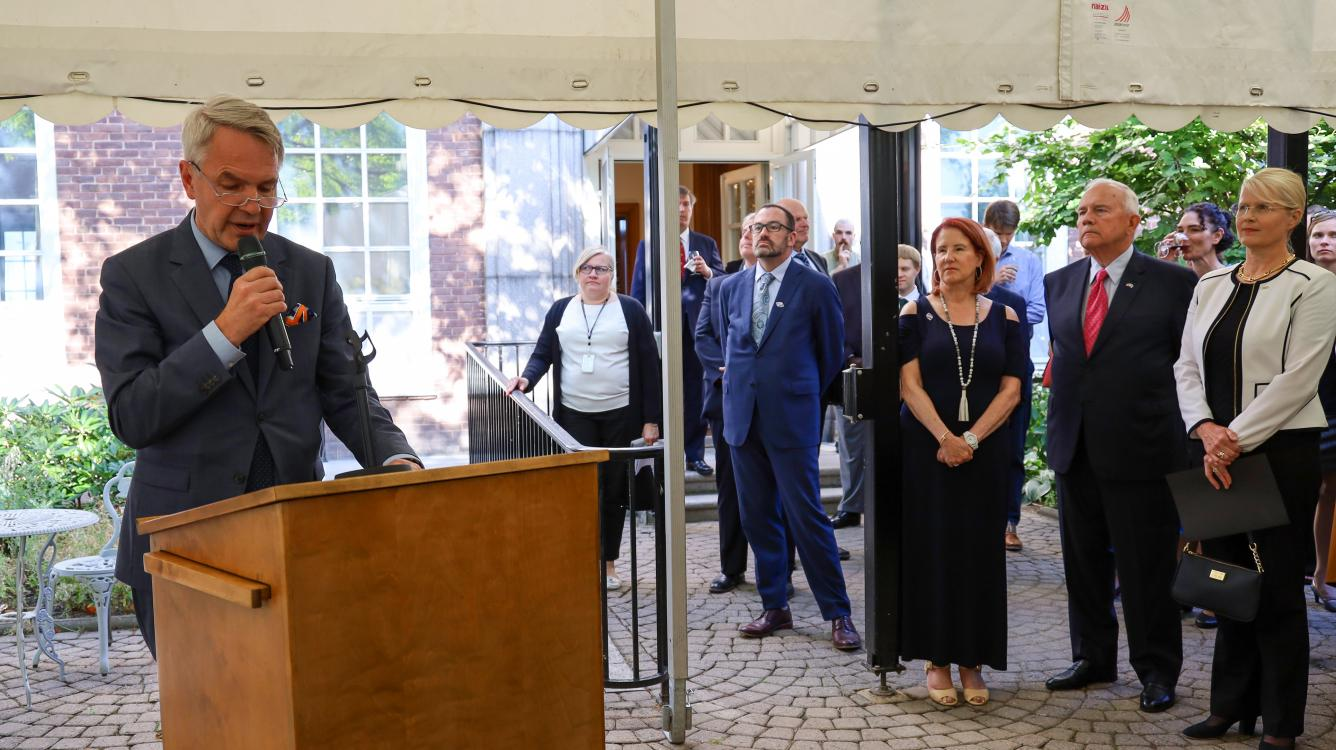 Minister for Foreign Affairs Pekka Haavisto delivering his special remarks at the U.S. Embassy reception. Ambassador Pence and Fulbright Finland CEO Terhi Mölsä in the background