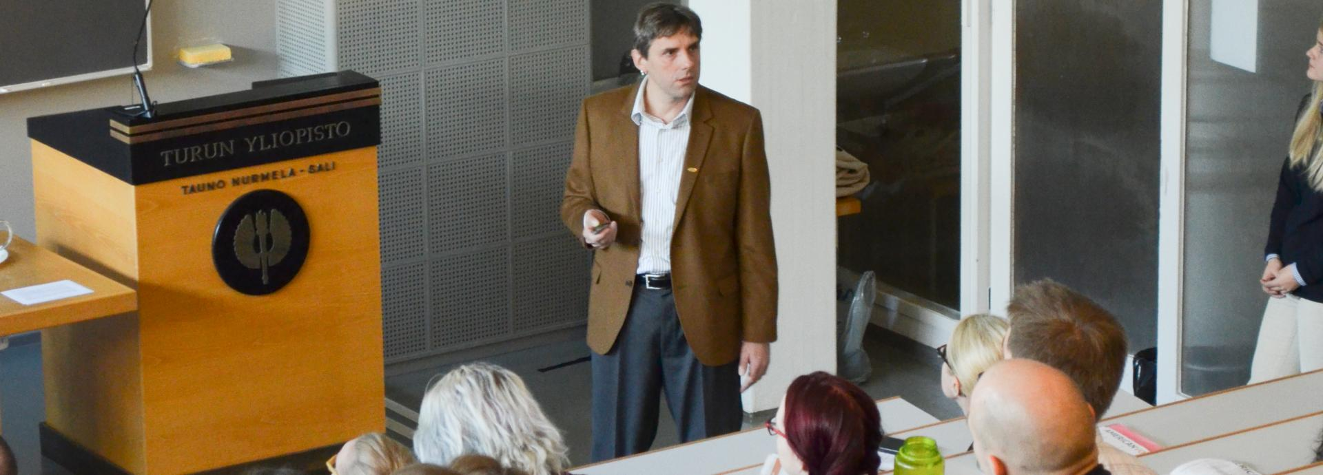 An american scholar giving a lecture at the University of Turku