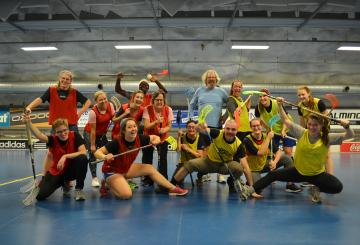 Two teams of U.S. Fulbright Finland grantees after a floorball game smiling